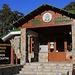 Das Besucherzentrum in Τρόοδος (Tróodos). Gleich daneben gibt es einen kleinen Lehrpfad wo man die Vegetation und Gesteinsarten des Gebirges studieren kann.