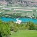 Auf der Höhe des Fluplatzes Sion die türkisblauen Becken von Les Iles