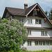 Haus in Steg. Zu beachten, das für die Region Zürich typische Dachbalkenkonstrukt, das die Dachvorsprünge hält. Seiner Form entsprechend wird es 'Zürivieri' genannt.