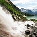 Jetzt, im Frühsommer, führt der Alplibach reichlich Wasser und schäumt eindrucksvoll Richtung See hinunter.