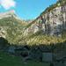 Calnègia, im Hintergrund Schneise mit Aufstieg zu den Laghi della Crosa