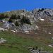 Abstieg nun alles weglos dem Grat folgen. Der offizielle Weg führt links oberhalb der Tannen durch, rechts durch das kleine Schneefeld