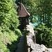 Entlang der Haldensperrmauer, dem letzten sichtbaren Teil der Stadtmauer der vierten Stadtbefestigung (abgesehen von den Resten in der Christoffelunterführung), führt der Wanderweg von der Lorrainebrücke steil hinunter an die Aare zum Blutturm.<br /><br />Der Blutturm schloss die vierte, von 1458 bis 1470 verstärkte Stadtbefestigung gegen Norden ab. Blutturm war aber nicht die ursprüngliche Bezeichnung, stattdessen wurden Namen wie Aarethurm, Aarenpulver-, Wasserpulver- oder einfach Pulverturm verwendet. Am Ende des 18. Jahrhunderts heisst der Turm wegen des dort gelagerten Pechs für Fackeln auch Harzturm oder Pechturm. Die Bausubstanz ist heute praktisch noch unverändert erhalten. [4, 5]