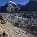 Der Abstieg über die Seitenmoräne ist nur an einer Stelle relativ gefahrlos möglich. Vom höchsten Punkt der Seitenmoräne sehen wir nochmals die enorme Breite des Gletschers