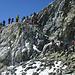 Direkt hinter der Passhöhe wartet eine kurze Kletterstelle (I)