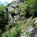vorbei an großen Felsen