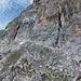 Die weissen Spuren im Fels zeigen die Route an: Querung unter der Felswand, dann steil aufwärts zu Balkon, der exponiert gequert wird, dann wieder Krampen im Steilfels.