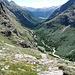 Tiefblick nach der Fuorcla Crap Alv talauswärts ins Val Bever. Ja, da geht ein Weg runter, er schlängelt sich unter steilen Felswänden entlang der Südhänge der Bottas Glischas.