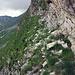 Der Weg wird wohl nicht so oft begangen. Es hat auch viele lose Steine auf dem Pfad, die sollte man nicht lostreten wegen dem Bergwanderweg unterhalb. Zum Teil liegen auch grössere Steine auf den Sicherungskabeln (Am Anfang der Sicherungen)