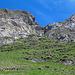 Da hoch geht der einfachste Alpinwanderweg (T6) Rechts unter den Felsen durch dann hoch.
