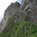 """Der Einstieg: unter den Felsen queren und dann hoch… Beim Stein mit der blauen Markierung (rechts von der Bildmitte am Ende des Grasgrates) ist für alpinbachi """"game over"""" (-:"""