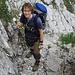 Oli in einer langen Felsrinne vom ersten Steig auf der Prag-Route. Schon kurz nach dem Wegbeginn führt der Weg über eine felsige Steilstufe die mit Eisenstiften gesichert ist.