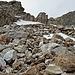 über ein kurzes Schneefeld links vorbei an den zwei markanten Felsbrocken in der Bildmitte führt die Route weiter zu Punkt 2643