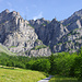 Der imposante Felsreigel zwischen dem Daubenhorn und den Plattenhörnern liegt vor mir. Der Gemmiweg windet sich auf der linken Seite der markanten Schlucht hoch (ca. Bildmitte).