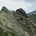 Eine herrliche Schneide aus festem Fels zum Balancieren, dahinter das Pischahorn