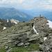 Beim Gipfelsteinmann, etwas westlich des höchsten Punktes, wartet das fast leere Gipfelbuch