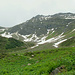 Von der Alp Gatschiefer: meine Abstiegsroute erst in den Sattel nach links, dann alles bis zum letzten Schneefleck im Mittelgrund - im Winter ist diese Route eine beliebte Pulverabfahrt vom Pischahorn nach Klosters