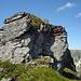 Der Etscherzapfen-Stein in Gratmitte.<br />Der Aufstieg geht im Schatten neben den Stöcken.