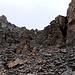 A destra del passo, risaliamo verso le rocce, seguendo deboli tracce e qualche ometto
