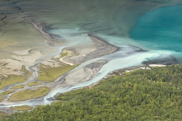 Am Gjende vermischt sich Gletscher- mit Quellwasser.