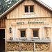 Eine der vielen neugebauten Amlhütten für die finanziell potenten WM Besucher