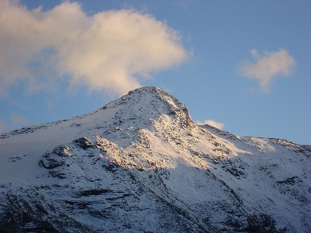 Pizzo di Cassimoi im Abendlicht. Unsere Route fuehrte rechts unterhalb des Gipfelaufbaus in das gut ersichtliche Tal und weiter zum W Grat (horizont, rechts im Bild).
