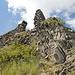Im Aufstieg zum Oltářík/Hrádek - Kurz vor Erreichen des Gipfels mit der Burgruine.
