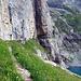 Der Einstieg zur Fründenschnur (Querung mitten durch die Felswand) - die Breite des Grasbands nimmt stetig ab bis es schliesslich ganz verschwindet