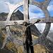 Kreuz auf der Roti Chüe, im Hintergrund Wiwannihorn