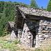 Due dei tre edifici dell'Alpe Cassengo hanno un inusuale tetto aggettante.