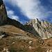 links die Felsen der Höllwand, rechts der Sandkogel. Dazwischen das Niggelkar, das wir später zum Aufstieg zur Höllwand benutzten