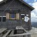 Rojacher Hütte (Eingang rechts) Ein Bier zu viel, und man kann das Geländer schon brauchen...