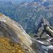 Der Gipfel bietet auch dramatische Tiefblicke. Unten <strike>(nehme ich an) die Geissbützistöcke</strike> der Altenorenstock und der Gemsistock.