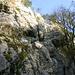 Vom Einstieg zieht ein Band nach rechts auf den Grat, das gut zu klettern ist (Stelle 4b/4c)