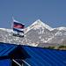 Gestola und die Flaggen von Russland sowie Kabardino-Balkarien