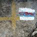 Wähle Deine Schwierigkeit! Wirrwarr am Lenzer Horn: Zuerst gelb (Wanderweg), dann blau-weiss (alpine Route), dann rot-weiss (Bergweg) übermalt.