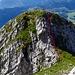 Blick vom höchsten Punkt des Wildhuser Schafberges zum Vorgipfel. Rot markiert eine kurze mit Drahtseil gesicherte Stelle.