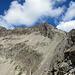 An der Fuorcla Albana sieht man erstmals genauer, was einen erwartet. Die Route verläuft kurz unter dem Vorgipfel in der Bildmitte vorbei, dann auf und gerade südlich unterhalb des Grats bis zum Gipfel.