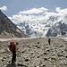 Das Ende ist fast in Sicht. Dort wo der links sichtbare felsige Gipfel den Gletscher erreicht wird dieser auf der linken Seiten verlassen.