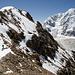 Semenov und Shkhara. Der Weg verläuft im Schneefeld unterhalb des Felsbands (rechts unten).