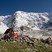 Dschangi-Tau mit Schutzhütte, einigen Zelten und Shkara.