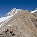 Beim Abstieg, Blick zurück über den schuttigen Grat zum Felskopf, wo die Aufstiegsspur verlassen wird.