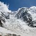 Normalroute am Shkhara. Durch den Eisbruch unterhalb des Hauptgipfels, über ein Plateau nach links, dann steil über Firn/Eis zum Felskopf unterhalb des links im Bild erkennbaren breiten Gipfel und anschliessend immer dem Grat folgend im Bogen bis zum Shkhara (5A russisch)