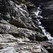 Über Gletscherschliffplatten erreicht man den Talgrund auf dem alpinen Dossenweg.