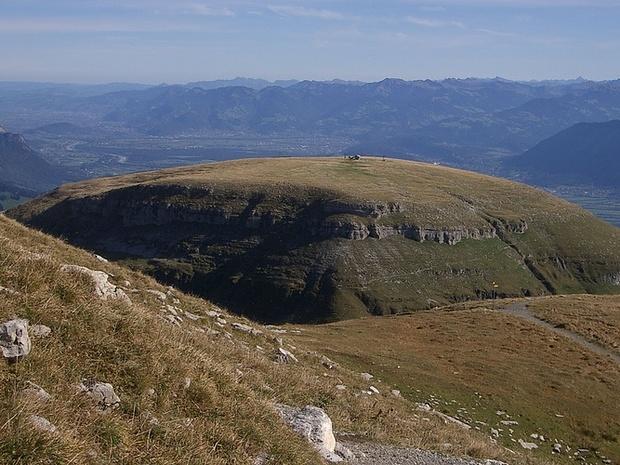 Wie ein Schildvulkan mutet der Gamserrugg über dem Rheintal an