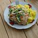 Mittagessen - Hähnchen mit Knoblauchsosse, Reis und Zwiebeln.