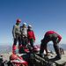 Gipfelbild mit Hintern und drei glücklichen Russen. Man beachte den Helm des rechten Bergsteigers