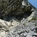 An der Grotte: Links kann man den Klettersteig verlassen, rechts folgt der obere, schwere Teil