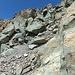 Hier kommt man durch diese steile Rinne vom Gipfel dem Südgrat entlang bis zur Südwestflanken-Traverse.