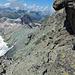 Beim Abstieg: Beginn der Südwestflanken-Traverse unter diesem markanten Felsüberhang und über die Platten bis auf das mit Steinmänner markierte Band.